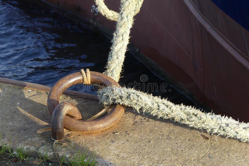 停泊圆环和绳索在码头 库存图片