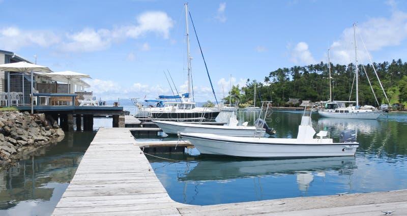 停泊在干椰肉的游艇流洒了小游艇船坞Savusavu斐济 免版税图库摄影