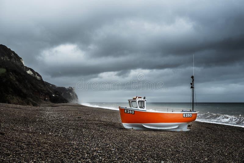 停泊在德文郡海滩上的彩色渔船 免版税图库摄影