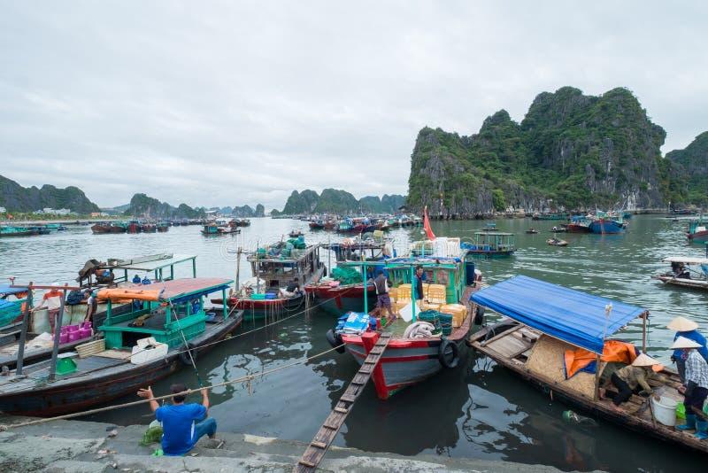 停泊小游艇船坞,下龙湾,广宁省,越南 库存图片