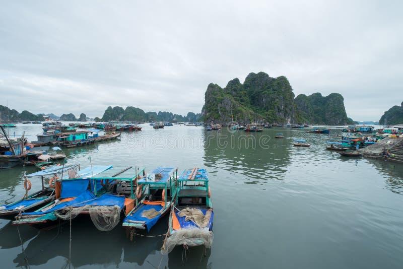 停泊小游艇船坞,下龙湾,广宁省,越南 库存照片