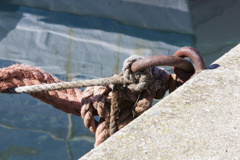 停泊的金属圆环在口岸 图库摄影