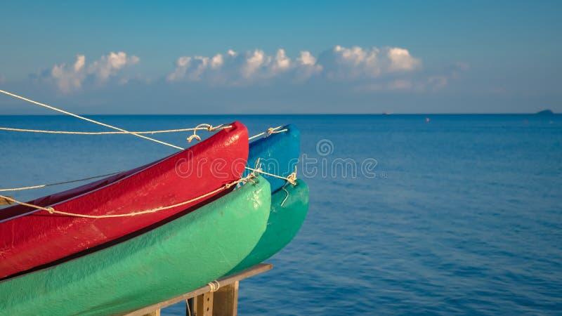停泊皮船和独木舟小船在海码头 免版税库存照片