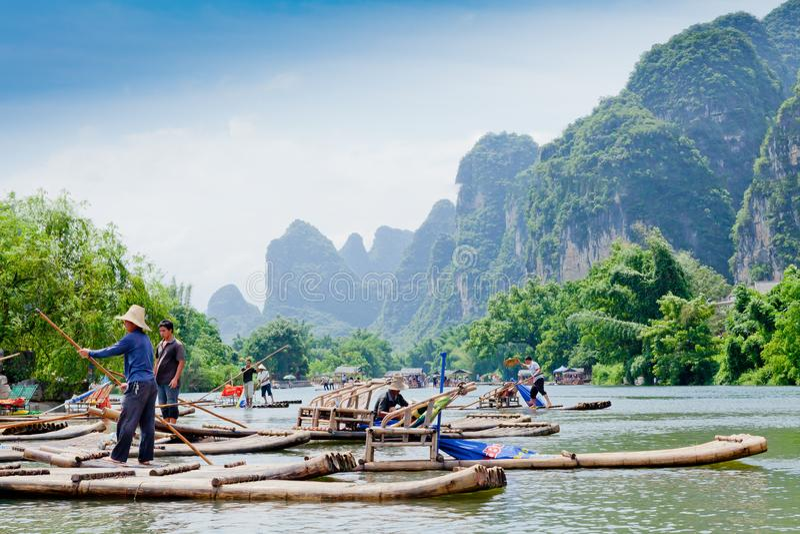 停泊船坞竹漂流的裕隆河桂林 库存图片