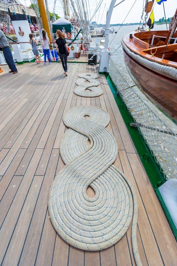 停泊船舶绳索卷(大麻)在一艘船的甲板看的螺旋形状折叠了在安特卫普,比利时 免版税库存图片