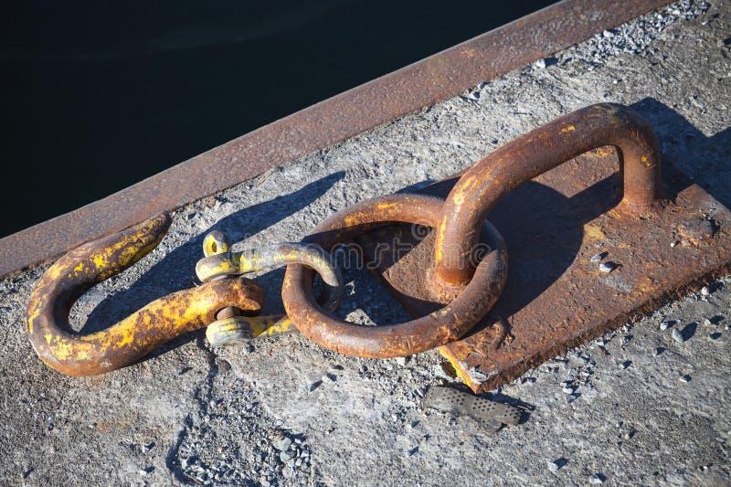 停泊设备,生锈的勾子的船 库存图片