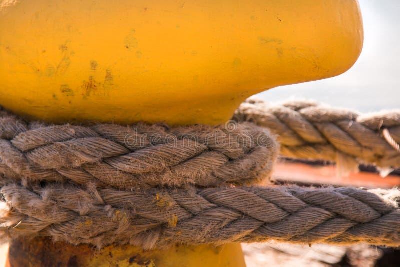 停泊绳索的特写镜头与在clea附近被栓的一个被打结的末端的 库存图片