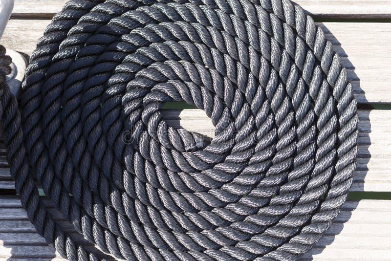 停泊绳索的特写镜头在木码头船舶停泊的ro的 免版税图库摄影