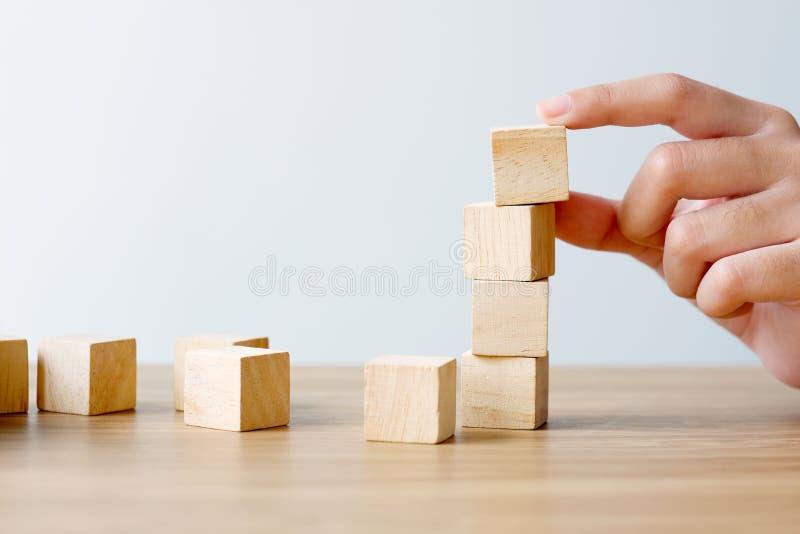 停滞在木桌上的手空白的木立方体在白色背景,企业概念背景,假装,模板 图库摄影