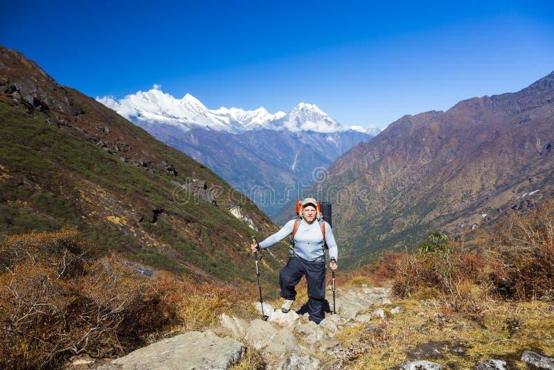 停留在与背包的山行迹的年轻远足者 库存照片