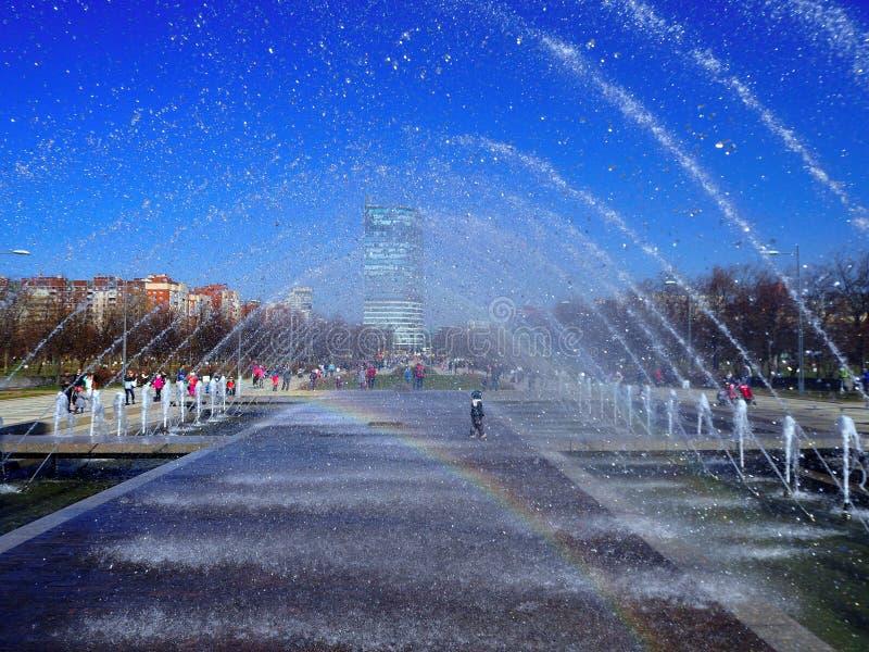 停留在城市喷泉的孩子 免版税库存照片
