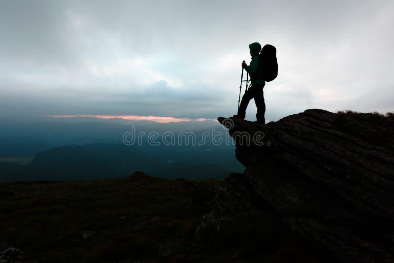 停留在峭壁边缘的一个孤立游人 库存图片