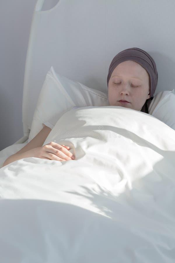 停留在床上的巨蟹星座女孩 库存照片