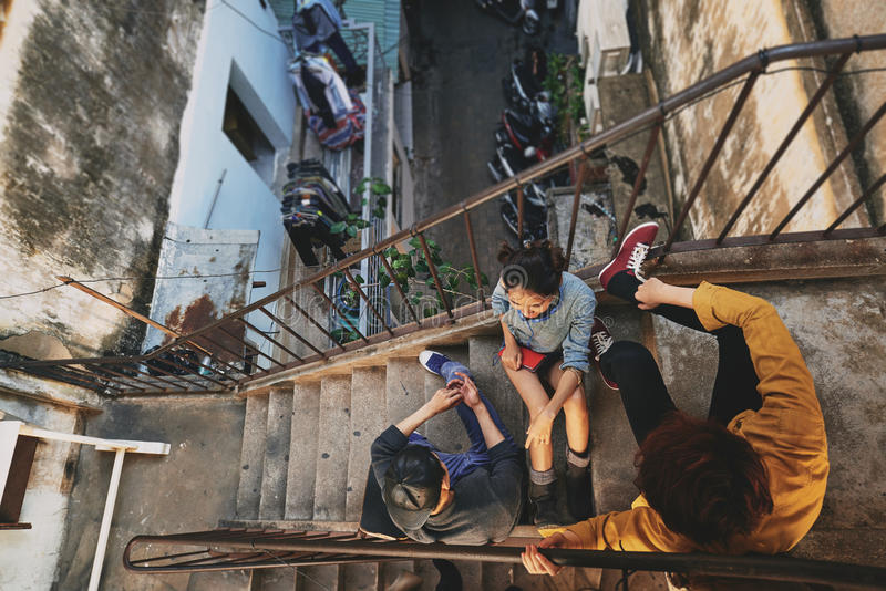 停留在都市贫民窟的少年 免版税库存照片