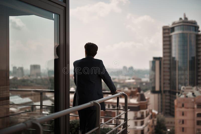 停留在阳台的办公室衣服的成人人 库存图片