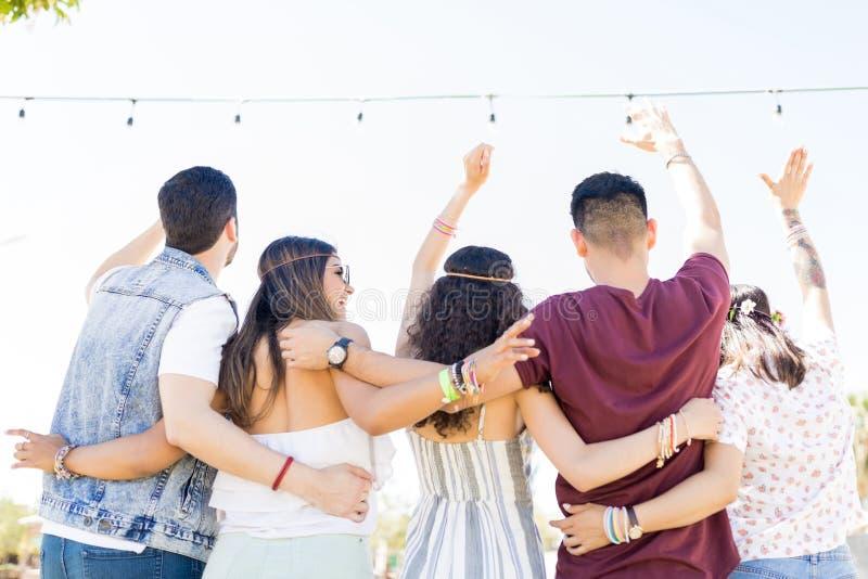 停留在音乐节的小组朋友 库存照片