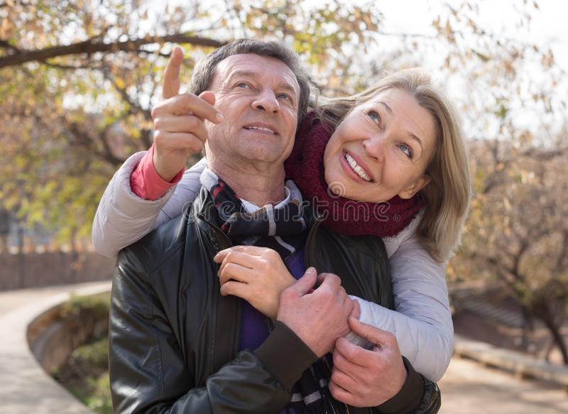 停留成熟家庭的夫妇室外秋天天 库存图片