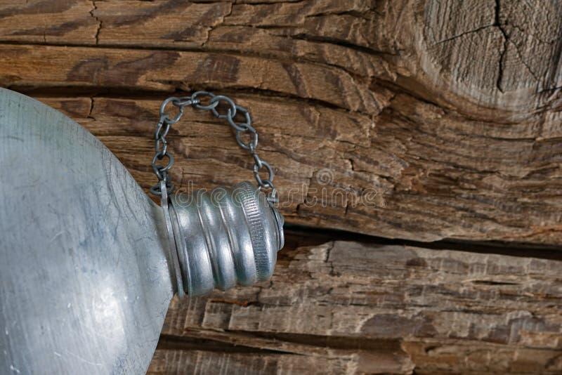 停留水合的概念 充分的葡萄酒军事铝军用餐具,有盖帽的旅行水壶在粗糙的被风化的木背景拧紧了 免版税库存图片