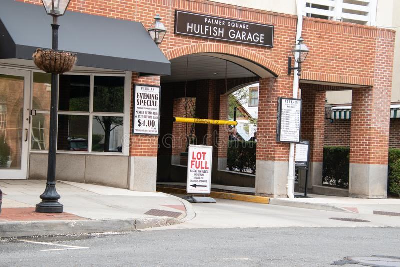 停车场入口在普林斯顿,新泽西 有在街道上的一个标志在表明那的入口车道前面 免版税库存照片