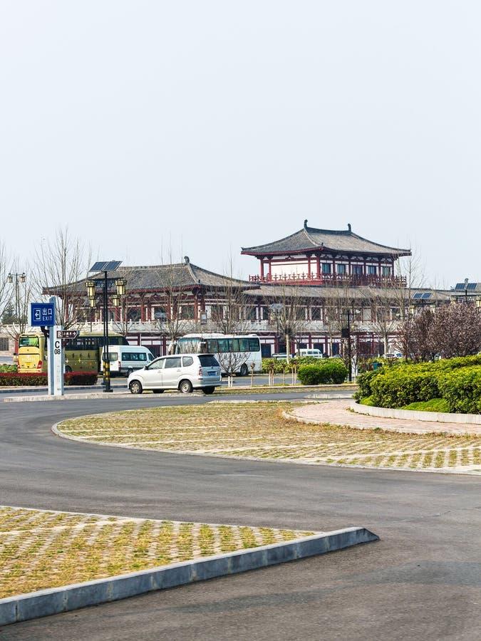 停车场和旅馆在龙门石窟区域  免版税库存照片