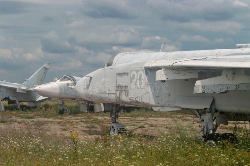 停车场在天空背景的老喷气机 库存图片