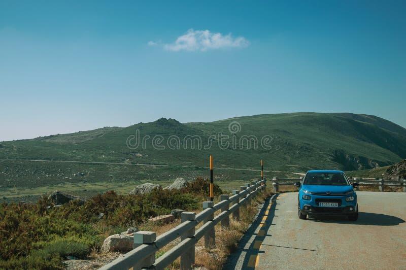 停车场在岩石风景的路旁 免版税库存图片