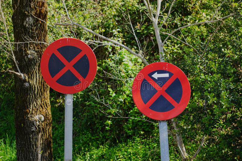 停车处在街道禁止了交通标志 图库摄影