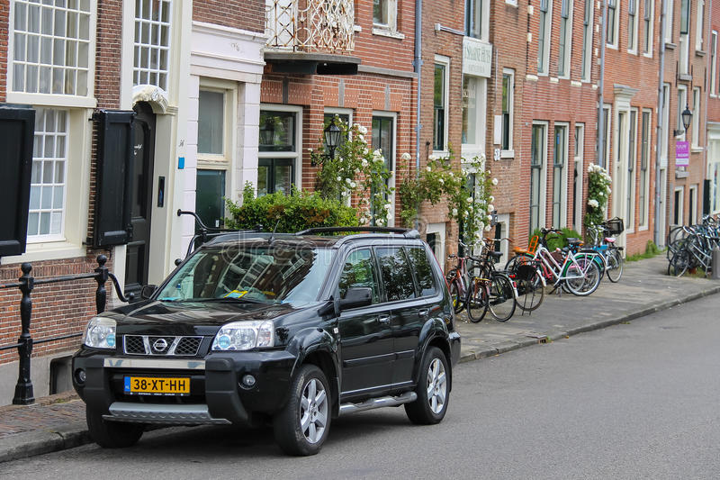 停车处汽车和自行车在市中心临近老大厦 免版税库存照片