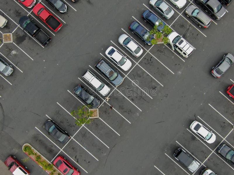 停车处空中顶视图以色的车品种  免版税库存图片