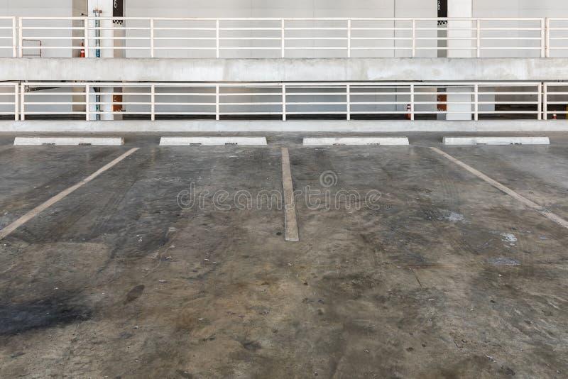 停车库内部与汽车和空置停车场的 免版税图库摄影