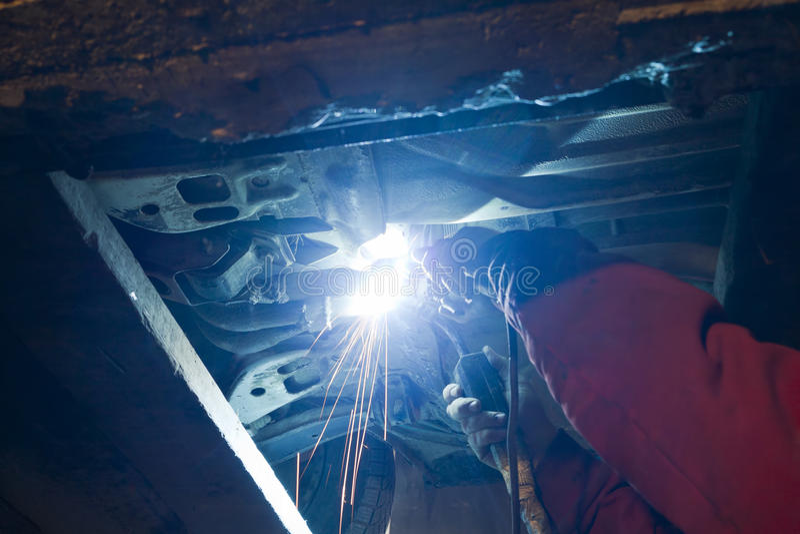 Download 停车库 库存图片. 图片 包括有 制造, 汽车, 维修服务, 经纪, 职业, 光盘, 镀铬物, 人工, 劳动 - 22355989