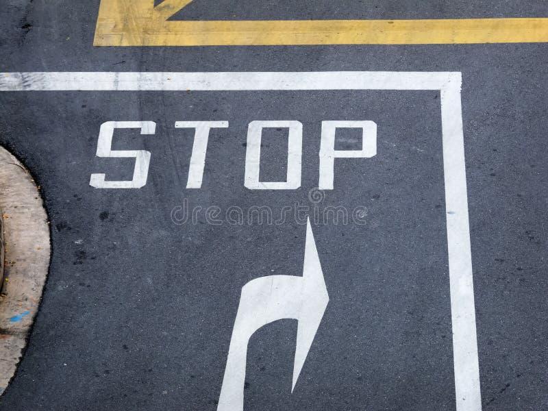 停车牌在公路交叉点 免版税库存图片