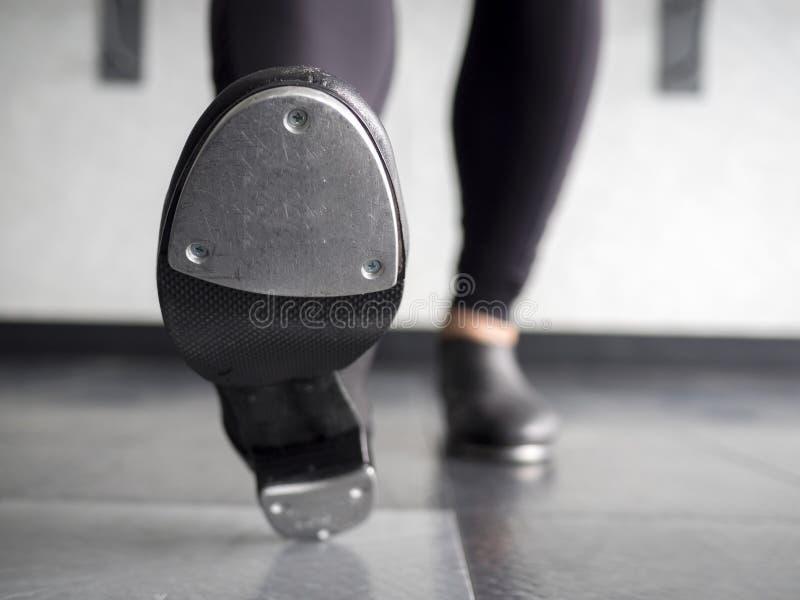 停顿在轻拍鞋子的脚趾在舞蹈课 库存照片