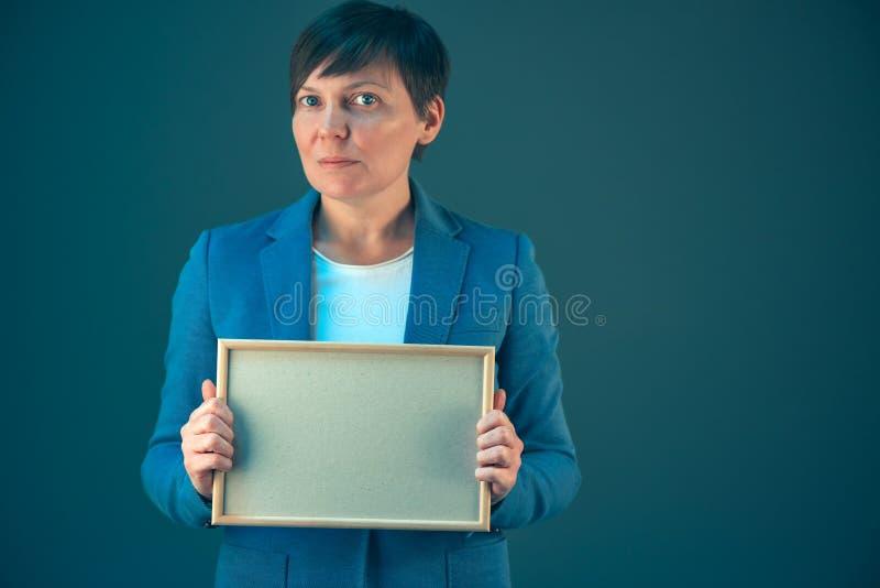 停滞空白的文凭证明嘲笑的女商人 库存照片