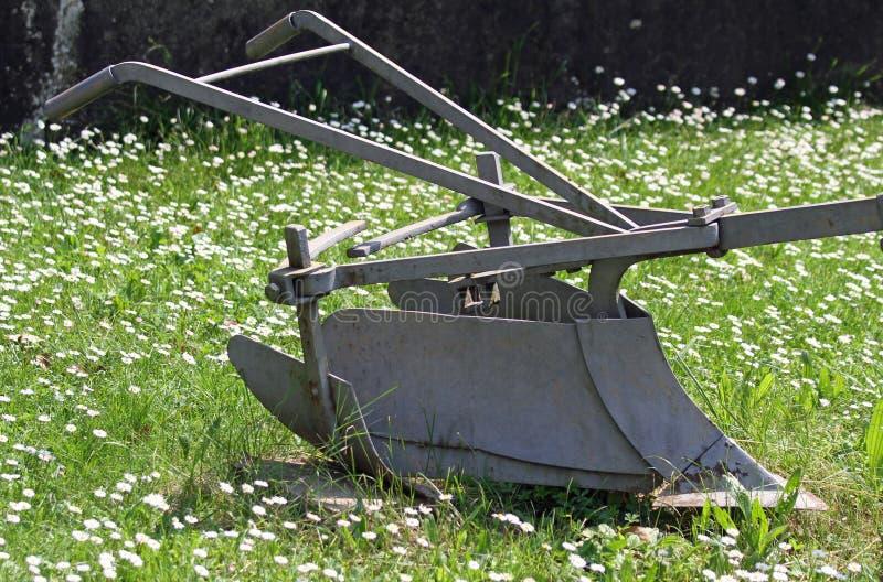 健壮的位犁的土地古老铁犁 免版税图库摄影