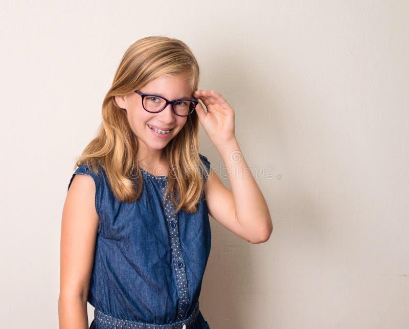 健康、教育和人概念 眼睛的愉快的少年女孩 免版税库存照片