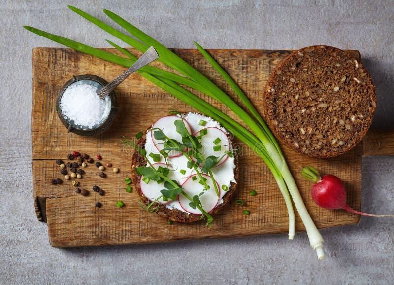 健康三明治用有机多五谷面包的乳脂干酪 免版税库存照片