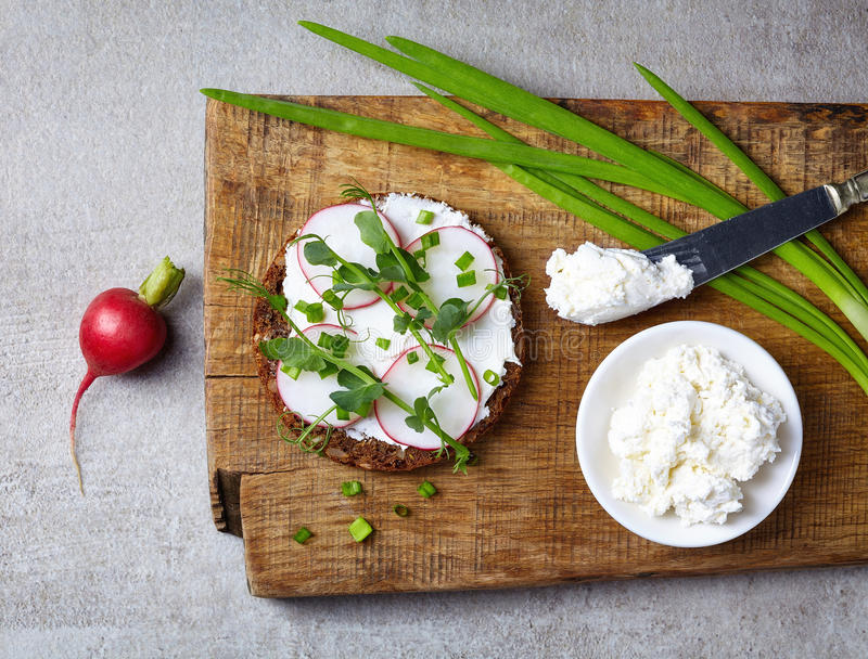 健康三明治用有机多五谷面包的乳脂干酪 库存图片