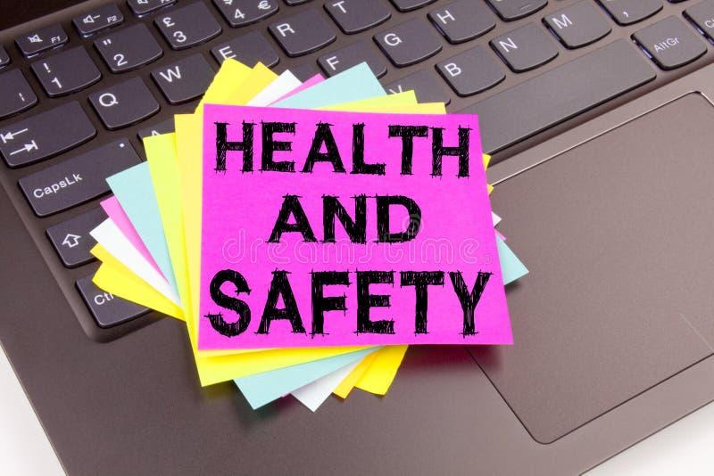健康与安全在办公室特写镜头做的文字文本在便携式计算机键盘 了悟的标准co企业概念 图库摄影