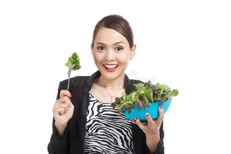健康亚裔女商人用沙拉 免版税库存图片