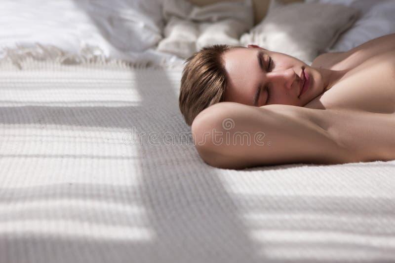 健康人舒适床放松概念 库存照片
