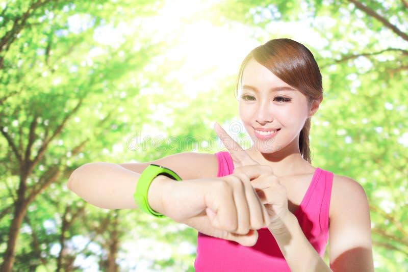 健康佩带巧妙的手表的体育妇女 库存图片