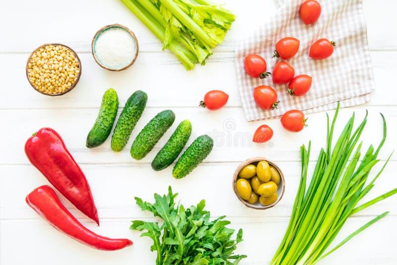 健康午餐准备的,最低纲领派背景成份 平的位置,看法从上面 图库摄影