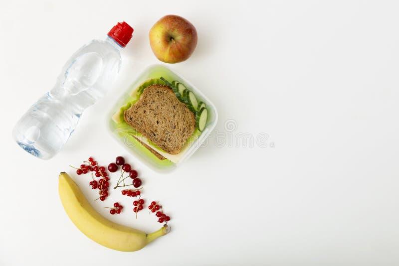 健康午餐盒用乳酪和莴苣三明治和新veg 库存照片