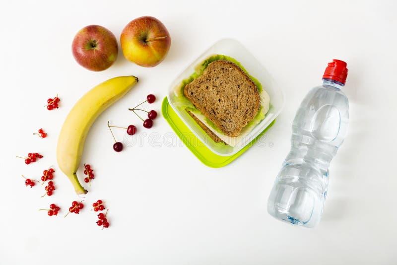 健康午餐盒用乳酪和莴苣三明治和新veg 免版税库存图片