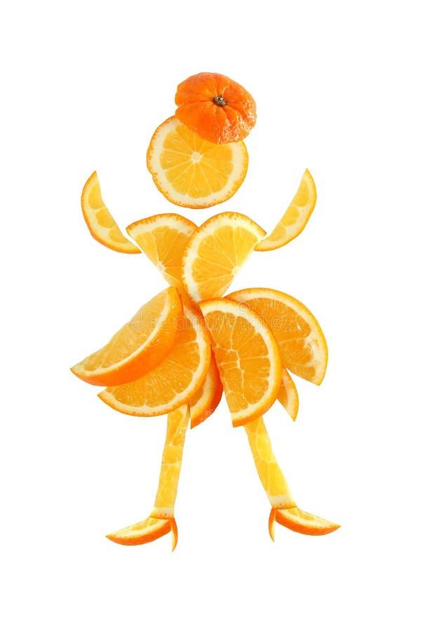 健康吃。滑稽的矮小的妇女被做橙色切片。 免版税库存图片