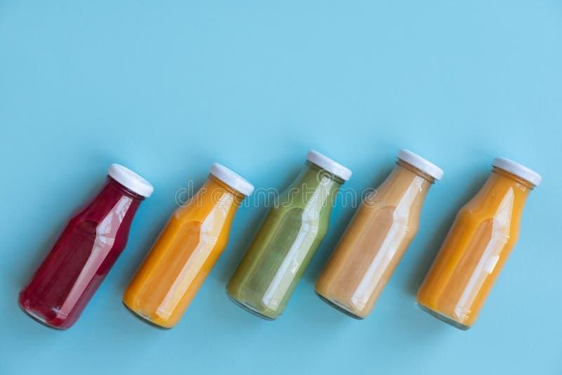 健康吃光,饮料、饮食和戒毒所概念-关闭用不同的果子或蔬菜汁的五个瓶戒毒所计划的 免版税库存照片
