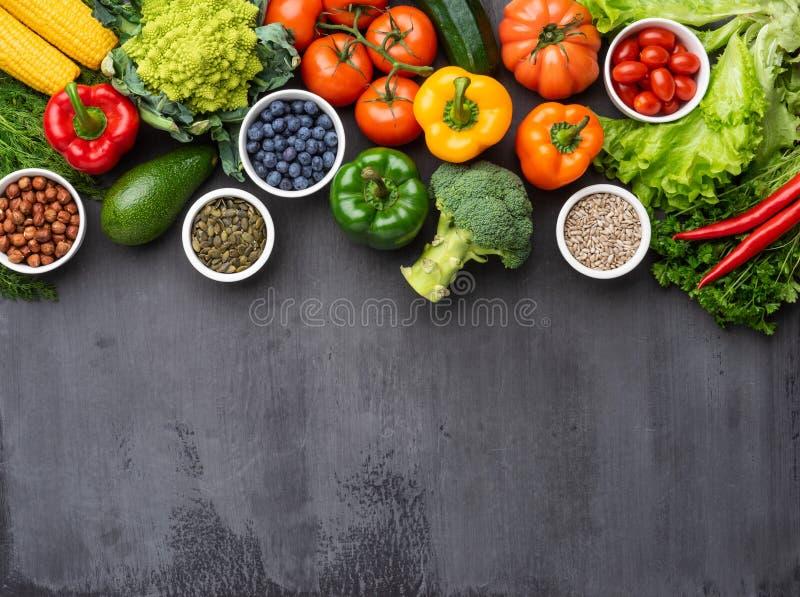 健康吃成份:新鲜蔬菜、果子和superfood 营养,饮食,素食主义者食物概念 库存图片