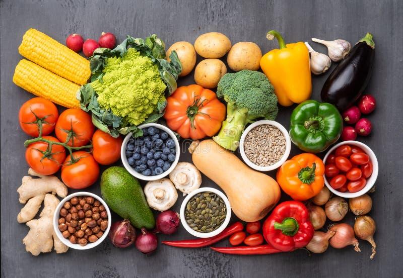 健康吃成份:新鲜蔬菜、果子和superfood 营养,饮食,素食主义者食物概念 免版税库存照片