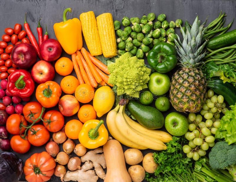 健康吃成份:新鲜蔬菜、果子和superfood 营养,饮食,素食主义者食物概念 免版税库存图片
